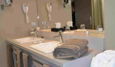 Hotel de Guyenne talence Suite haut de gamme salle de bains